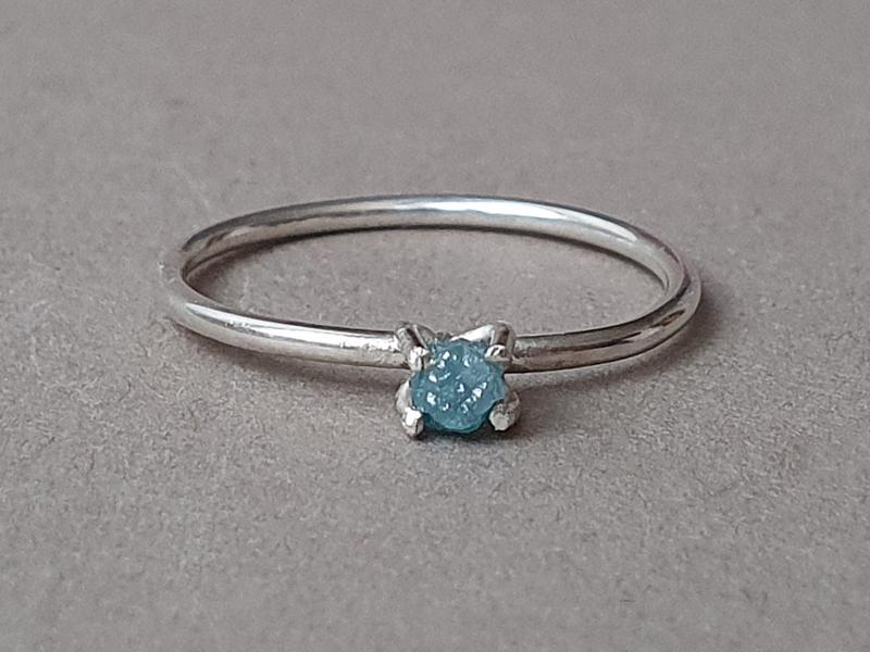 inel diamant brut albastru