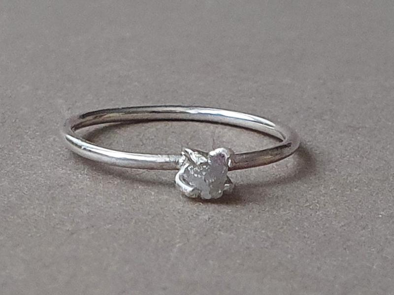 inel diamant brut gri